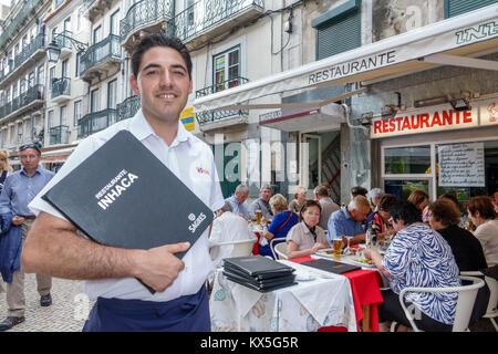 Portugal Lisbonne centre historique de Rossio Restaurante restaurant Inhaca table à manger à l'extérieur de l'homme Banque D'Images