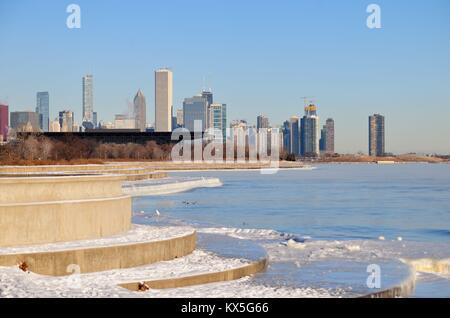 Vent, froid mordant avec facteurs de refroidissement éolien dépassant 20 degrés créé en vapeur avant de la ville. Chicago, Illinois, USA.