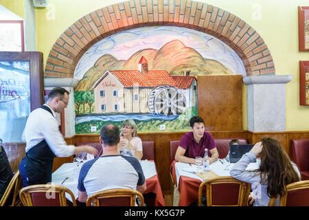 Portugal Lisbonne centre historique de Rossio Il Mulino Restaurante restaurant restauration homme femme couple hispanique Banque D'Images