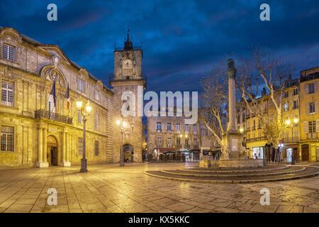 Place de l'hôtel de ville au crépuscule avec l'Hôtel de Ville (Hôtel de Ville), tour de l'horloge et la fontaine à Aix-en-Provence, France