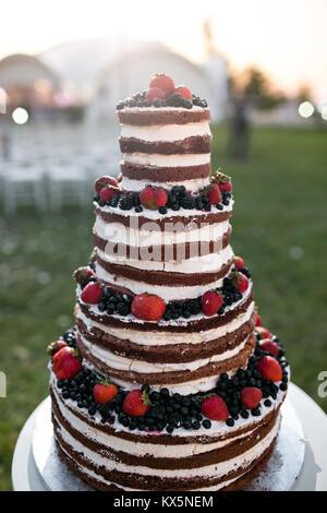 Gâteau de mariage à niveaux multiples ronde avec éponge, de crème, de confiture et de fruits rouges sur une base Banque D'Images