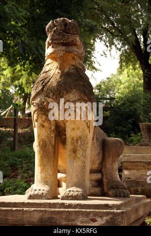 Lion à l'entrée au monastère Maha Aungmye Bonzan à Inwa, Mandalay, Myanmar Banque D'Images
