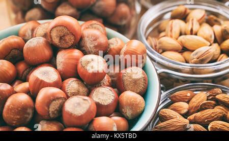 Les noisettes, amandes et pistaches dans des bols Banque D'Images