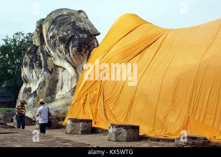 Bouddha couché en wat Lokaya Suttha à Ayuthaya, Thaïlande Banque D'Images