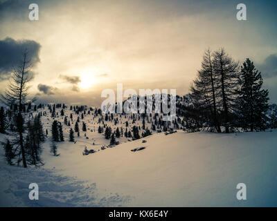 Photo panoramique de coucher de soleil sur le mont Cristallo après une chute de neige, Cortina D'Ampezzo, Italie Banque D'Images