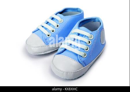 Chaussures bébé garçon bleu isolé sur fond blanc Banque D'Images