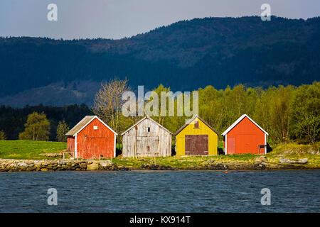 Les hangars à bateaux sur une ferme traditionnelle dans la région de Gjemnes, sur la côte nord-ouest de la Norvège, Banque D'Images
