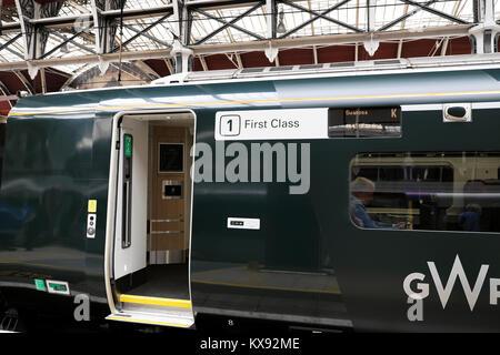 Classe 800 GWR Première Classe train signe sur chariot à plate-forme de la gare de Paddington à Londres Angleterre Banque D'Images