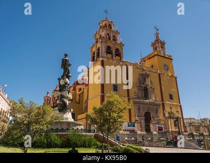 Tourné avant de la Basílica de Nuestra Señora de Guanajuato, avec le monument à la paix, à la Plaza de la Paz, et Banque D'Images