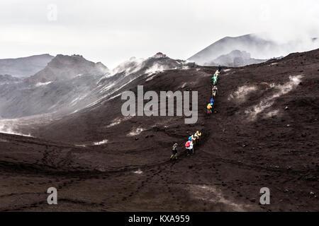 Groupe de touristes en montant vers le col de montagne sur le cratère volcan Tolbachik. Petropavlovsk-Kamchatsky Banque D'Images