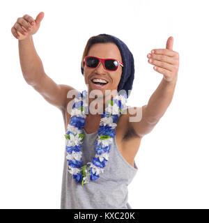 L'homme est très fou. Jeune homme noir porte des lunettes de soleil, chapeau et collier de fleurs. Habillé pour Banque D'Images