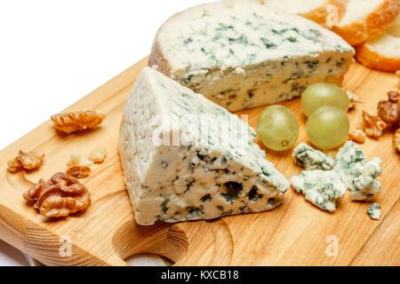 Le fromage bleu sur la planche à découper en bois Banque D'Images