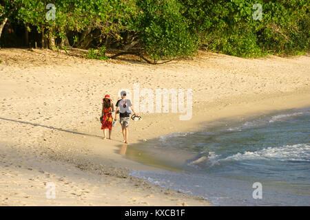 La marche sur la plage aux Seychelles Banque D'Images