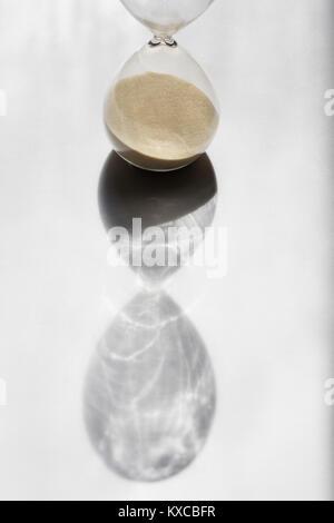 Sable Hourglass timer jette une ombre Banque D'Images