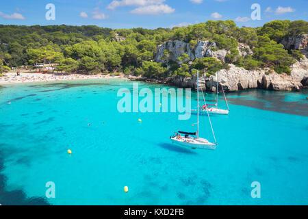 Vue sur Cala Macarella et voiliers, Minorque, Iles Baléares, Espagne, Europe Banque D'Images
