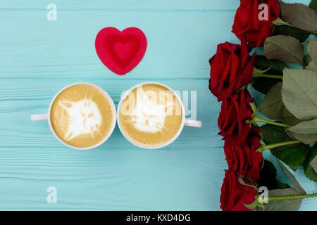 Roses rouges, tasses de Cappuccino et le coeur. Banque D'Images
