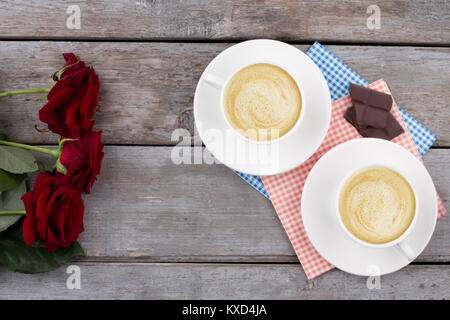 Tasses de cappuccino, chocolat et roses. Banque D'Images