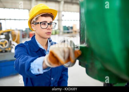 Femme ingénieur travaillant à l'usine Banque D'Images