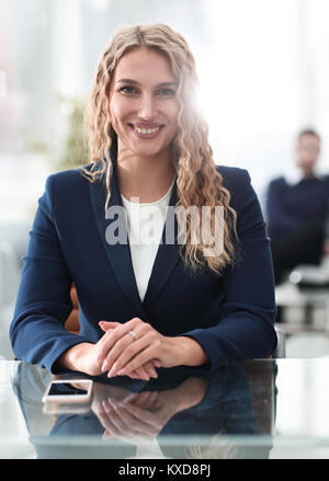 Portrait of attractive young woman sitting in modern office. Banque D'Images