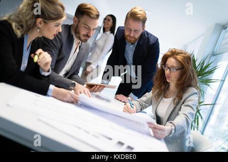 Groupe d'architectes travaillant sur réunion d'affaires Banque D'Images