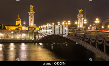 Bridge Pont Alexandre III de nuit,dans l'arrière Hôtel des Invalides avec dome Invalidendom,Paris,France