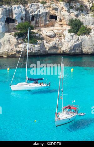 Vue sur Cala Macarella et Menorca,voiliers,Îles Baléares, Espagne Banque D'Images