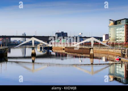 Vue ouest sur la rivière Clyde à Broomiela towwards quartier financier et l'Anderston Tradeston Pont et pont de Banque D'Images