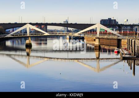 Voir l'ouest le long de la rivière Clyde dans le quartier commercial Anderston à Broomielaw vers l'Tradeston pont et le pont de Kingston, Glasgow, S