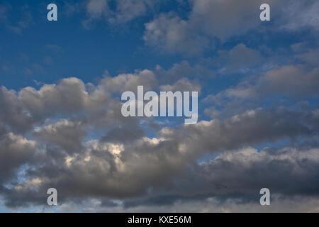 Arrière-plan de cumulus gris foncé sur un ciel bleu Banque D'Images