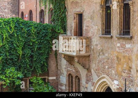 Balcon à la maison de Julia, la Casa di Giulietta, via Cappello, Vérone, Vénétie, Italie Banque D'Images
