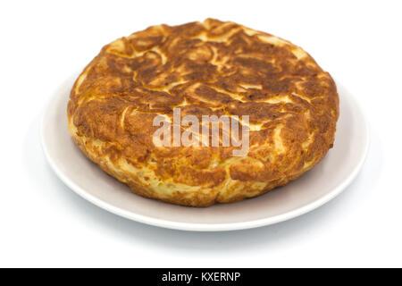La tortilla espagnole traditionnelle isolé sur fond blanc Banque D'Images