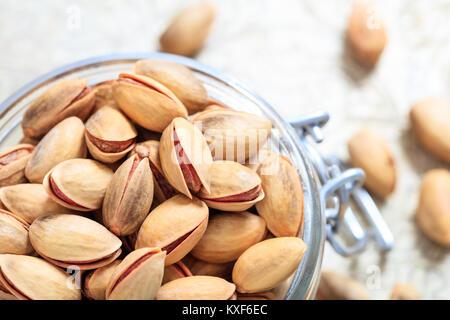 Les pistaches en coque dans un bol en verre Banque D'Images