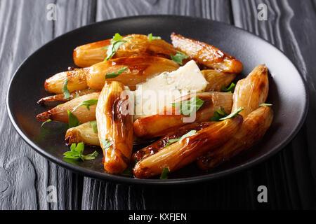 La nourriture délicieuse: oignon balsamique caramélisé avec du fromage bleu et le persil libre sur une plaque sur Banque D'Images