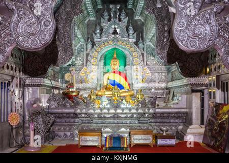 CHIANG MAI, THAÏLANDE - 07 NOVEMBRE 2014: l'intérieur du temple Wat Sri Suphan. Banque D'Images