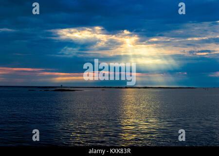 La position de Byng Inlet que le soleil n'est briser les nuages Banque D'Images