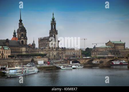 Dresde, Allemagne - 13 août 2016: les touristes à pied et vue majestueuse sur l'Hofkirche Katholische à partir Banque D'Images