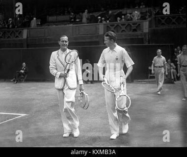 Le joueur de tennis Allemand Gottfried von Cramm (à gauche) avec Don Budge des USA marche sur le centre de la cour Banque D'Images