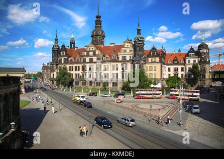 Dresde, Allemagne - 13 août 2016: les touristes à pied sur la rue Sophienstrasse et vue majestueuse sur la Saxe Banque D'Images