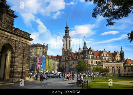 Dresde, Allemagne - 13 août 2016: les touristes à pied sur la rue Kreuzstraße et vue majestueuse sur la Saxe du Banque D'Images
