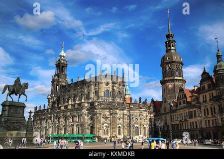Dresde, Allemagne - 13 août 2016: les touristes à pied sur Kreuzstraße et vue majestueuse sur la Saxe du château Banque D'Images