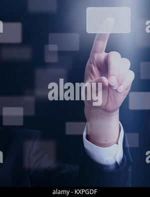 L'homme d'affaires en appuyant sur un bouton tactile sur fond sombre Banque D'Images