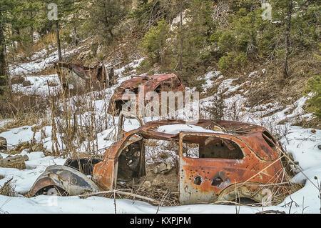 Rusty, véhicules anciens assis au pied d'une colline d'être utilisé pour la cible Banque D'Images
