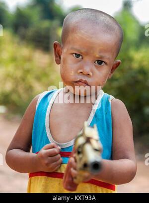 Portrait de petit garçon dans un village local à Yangon, Myanmar Banque D'Images