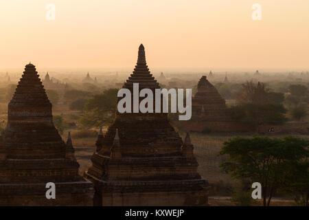 Vue panoramique de la plaine de Bagan avec de nombreux temples et pagodes à Bagan, Myanmar (Birmanie) au lever du Banque D'Images