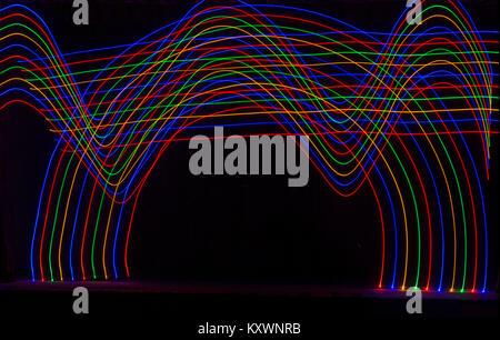 Des sentiers de lumière multi-couleur des modèles dans la forme des vagues et une arche - Abstract Painting with Banque D'Images