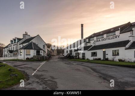 En dehors de la distillerie de Whisky Jura et Jura Hotel, Craighouse, Isle of Jura, Ecosse Banque D'Images