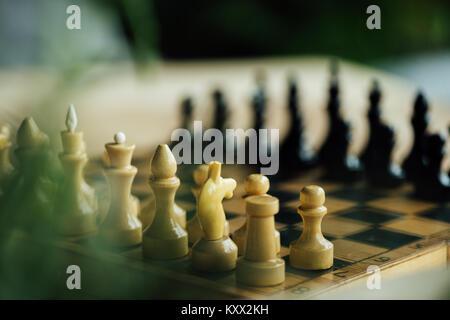 Ancien conseil d'échecs défini pour un nouveau jeu sur la table. Selective focus on white pièces des échecs