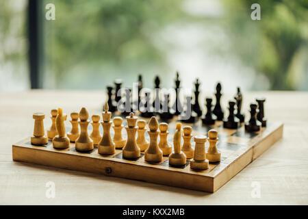 Ancien conseil d'échecs défini pour un nouveau jeu sur la table. Selective focus sur les chiffres d'échecs blanc