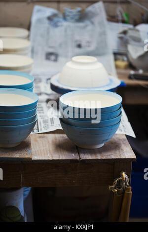 Close up boules blanches avec glaçure bleu porcelaine japonaise dans un atelier. Banque D'Images
