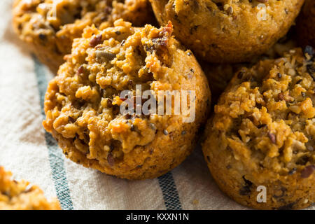 Maison saine Déjeuner Muffin au chocolat Bouchées de Chia et écrous Banque D'Images